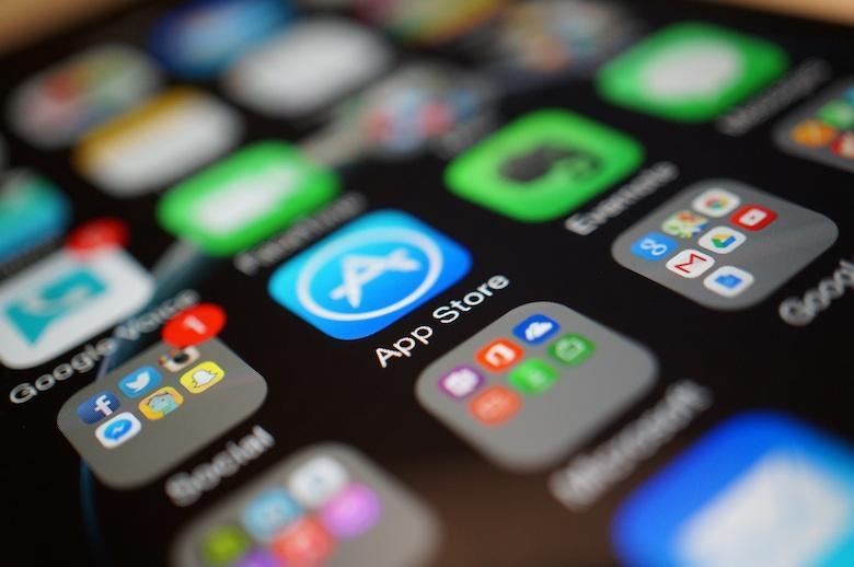 Download aplikasi melalui toko resmi