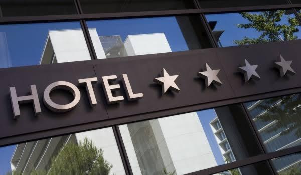 Menginap di hotel berbintang bersama pacar